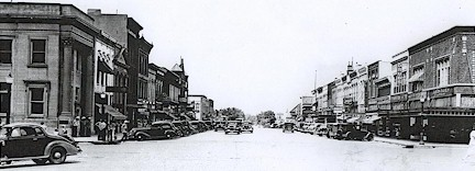 Black and white photo of  the Le Mars Main Street in the 1940s